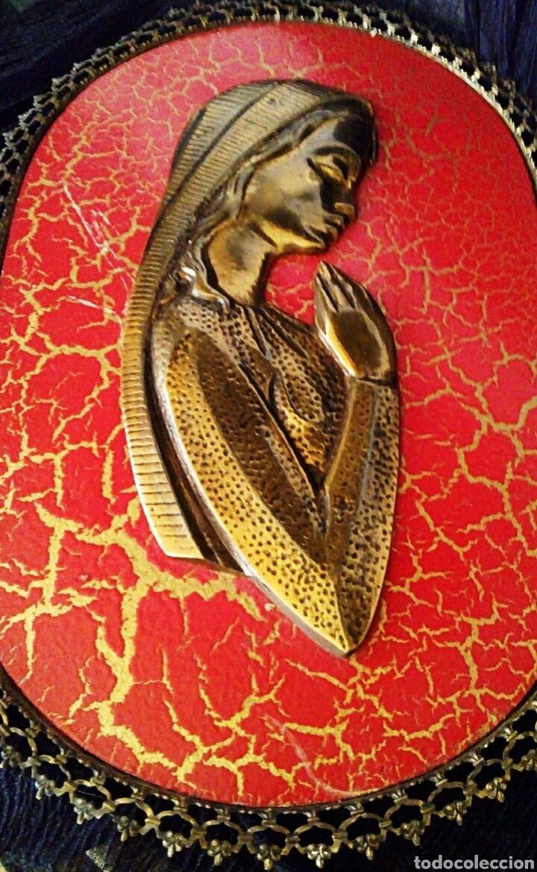 Arte: Retablo Virgen niña. Realizado en madera policromada y bronce dorado. Marco ribeteado en bronce. - Foto 4 - 114004988