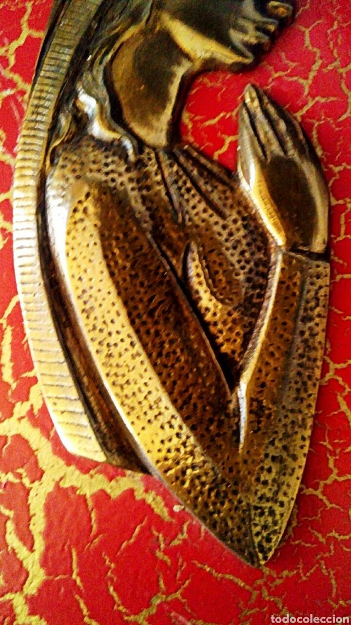 Arte: Retablo Virgen niña. Realizado en madera policromada y bronce dorado. Marco ribeteado en bronce. - Foto 5 - 114004988