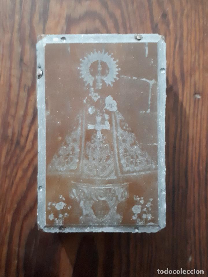 ANTIGUA PLANCHA METALICA SOBRE MADERA PARA IMPRIMIR IMAGEN DE N. S. DE LUGAS VILLAVICIOSA ASTURIAS (Arte - Arte Religioso - Grabados)