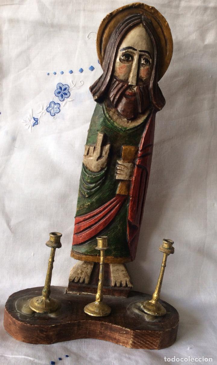 TALLA EN MADERA RÚSTICA, REPRESENTANDO A JESUCRISTO ,CON BASE CON TRES PEQUEÑO CANDELABROS (Arte - Arte Religioso - Escultura)