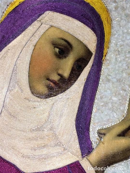 Arte: SANTA CORONADA POR NIÑO JESÚS. HILOS DE SEDA. LITOGRAFÍA A COLOR. ESPAÑA. FIN XIX - Foto 3 - 115711251