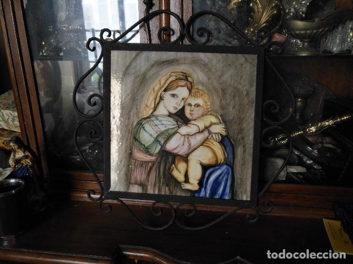 GRAN TAMAÑO AZULEJO RETABLO RELIGIOSO CERAMICA PINTADO A MANO ESMALTADO FORJA VIRGEN Y NIÑO JESUS (Arte - Arte Religioso - Pintura Religiosa - Otros)