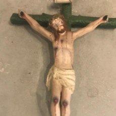 Arte: TALLA DE CRISTO EN LA CRUZ DE MADERA POLICROMADA. . Lote 119184587