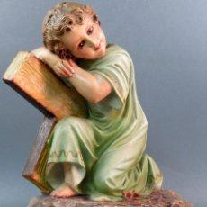 Arte: NIÑO JESUS CON CRUZ TALLA PASTA MADERA SELLO OLOT ARTE CRISTIANO OJOS DE CRISTAL PRIMERA ETAPA. Lote 119210747