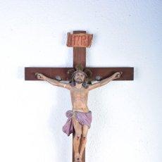 Arte: CRUCIFIJO - CRISTO EN CRUZ - MADERA Y ESTUCO - POLICROMADO - MARCA POSIBLE OLOT. Lote 126375503