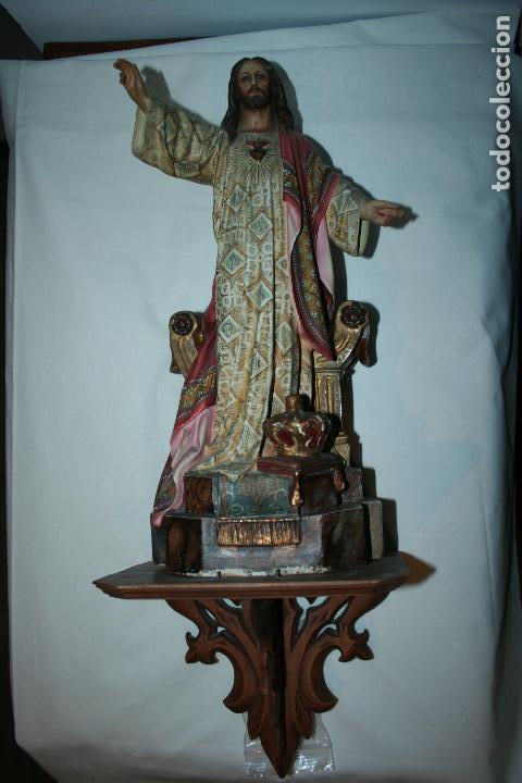 CRISTO REY ENTRONIZADO,SAGRADO CORAZÓN, DECORACÍÓN CON DORADOS, OJOS DE CRISTAL. 38 X 15 X 14. (Arte - Arte Religioso - Escultura)