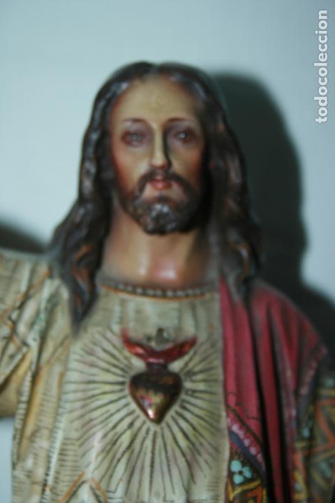 Arte: Cristo Rey entronizado,Sagrado Corazón, decoracíón con dorados, ojos de cristal. 38 x 15 x 14. - Foto 2 - 126405915