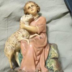 Arte: ESCULTURA SELLO OLOT O ARTE CRISTIANO NIÑO JESUS OJOS CRISTAL BUEN PASTOR Y OVEJA 20,5 CM . Lote 126818031