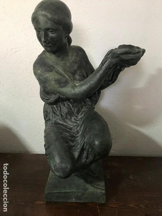 MUCHACHA PORTADORA, TERRACOTA PATINADA AÑOS 50 (Arte - Arte Religioso - Escultura)