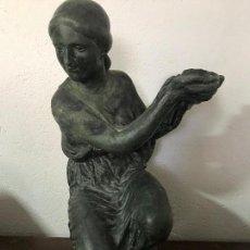 Arte: MUCHACHA PORTADORA, TERRACOTA PATINADA AÑOS 50. Lote 155974386