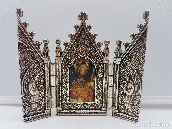 BONITO TRÍPTICO RELIGIOSO PARA ALTAR EN METAL PLATEADO DE UN SANTO. (Arte - Arte Religioso - Trípticos)