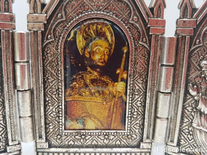 Arte: Bonito tríptico religioso para altar en metal plateado de un santo. - Foto 2 - 128832555