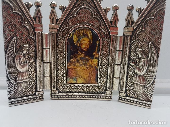 Arte: Bonito tríptico religioso para altar en metal plateado de un santo. - Foto 3 - 128832555