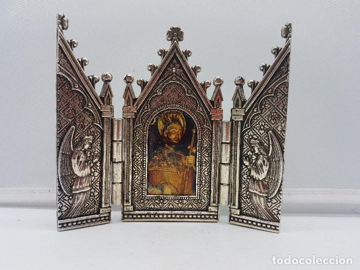 Arte: Bonito tríptico religioso para altar en metal plateado de un santo. - Foto 4 - 128832555