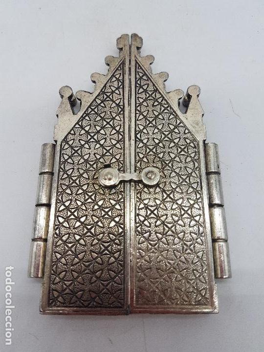 Arte: Bonito tríptico religioso para altar en metal plateado de un santo. - Foto 5 - 128832555