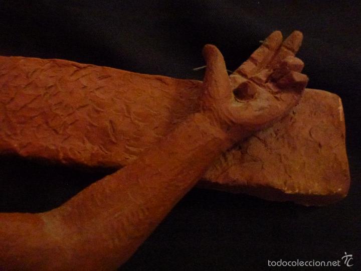 Arte: Cruz, Crucifijo realizado en terracota. Pieza de autor. Ramon Camps Alier - Foto 8 - 130733509