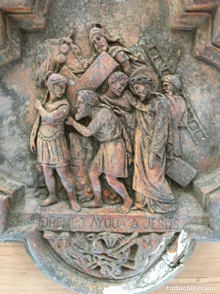 Arte: V PASO DE VIA CRUCIS DE SEMANA SANTA, EN ESTUCO, DE LOS TALLERES DE OLOT. CIRINEO AYUDA A JESUS - Foto 2 - 131156124