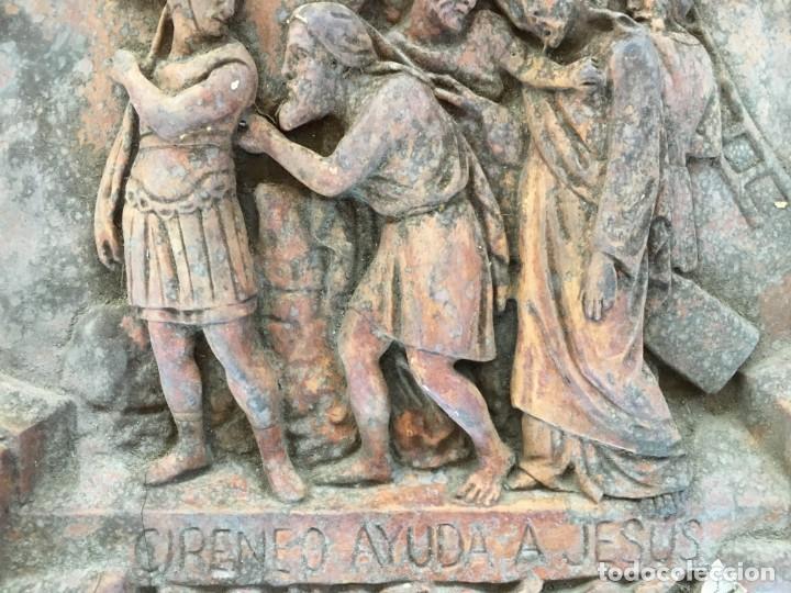 Arte: V PASO DE VIA CRUCIS DE SEMANA SANTA, EN ESTUCO, DE LOS TALLERES DE OLOT. CIRINEO AYUDA A JESUS - Foto 4 - 131156124