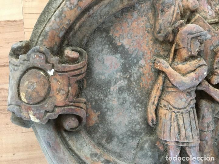 Arte: V PASO DE VIA CRUCIS DE SEMANA SANTA, EN ESTUCO, DE LOS TALLERES DE OLOT. CIRINEO AYUDA A JESUS - Foto 5 - 131156124