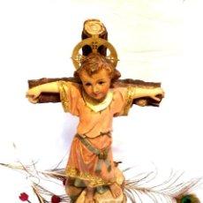 Arte: NIÑO JESÚS EN CRUZ, ESCULTURA ESTUCO, OJOS DE CRISTAL, ESCULTURA ESPAÑOLA, OLOT, 51 CM A CORONA. Lote 132083206