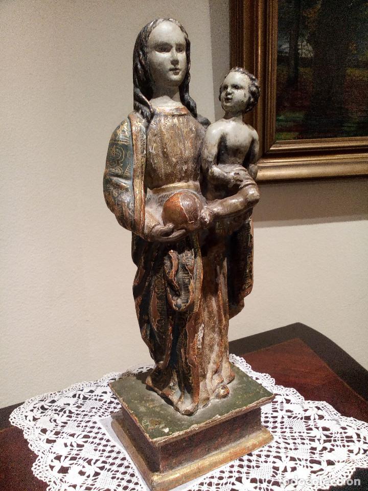 Arte: Imagen talla virgen con niño y bola madera tallada y policromada circa SXVI. Bello manto y colores. - Foto 2 - 132526586