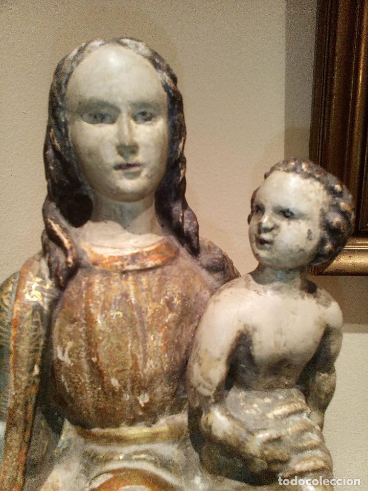 Arte: Imagen talla virgen con niño y bola madera tallada y policromada circa SXVI. Bello manto y colores. - Foto 3 - 132526586