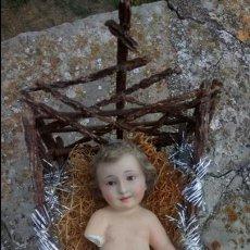 Arte: ANTIGUO NIÑO JESUS DE ESCAYOLA ''DE OLOT'' CON OJOS DE CRISTAL, CON CUNA. Lote 132907826
