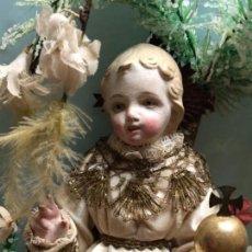 Arte: NIÑO JESÚS DE LA BOLA CAP I POTA CON URNA CRISTAL AÑOS 10-20 ALTURA 43 CM. Lote 133493806