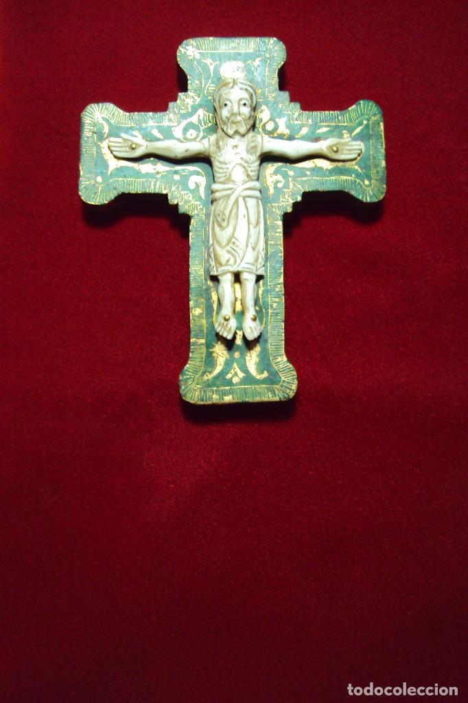 CRUCIFIJO - CRISTO ESTILO ROMÁNICO TALLA EN HUESO (Arte - Arte Religioso - Escultura)