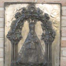 Arte: PLACA GRANDE ANTIGUA EN RELIEVE DE COBRE PLATEADA DE LA VIRGEN DEL SAGRARIO PATRONA DE TOLEDO.. Lote 135358650