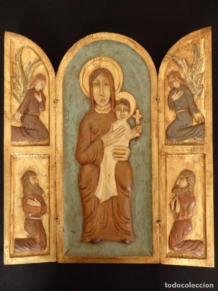 Arte: Antiguo tríptico en madera tallada, policromada y dorada. 50 x 44 cm. - Foto 2 - 136314282