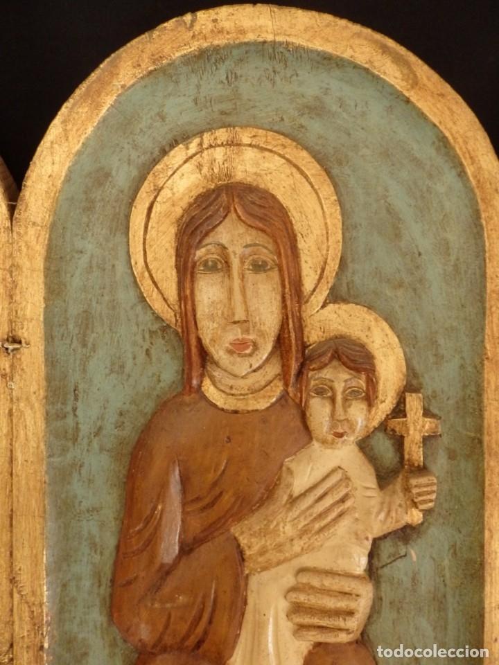 Arte: Antiguo tríptico en madera tallada, policromada y dorada. 50 x 44 cm. - Foto 3 - 136314282