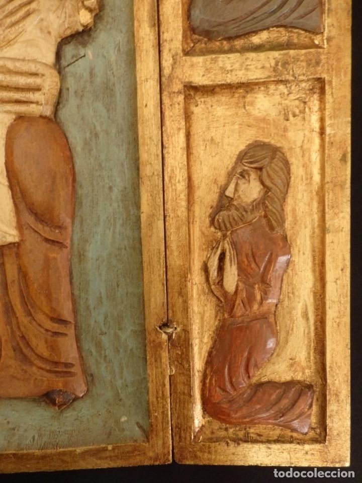 Arte: Antiguo tríptico en madera tallada, policromada y dorada. 50 x 44 cm. - Foto 7 - 136314282