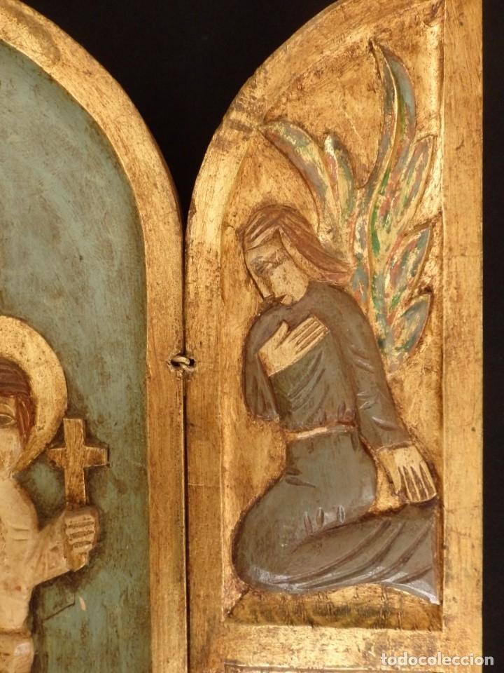 Arte: Antiguo tríptico en madera tallada, policromada y dorada. 50 x 44 cm. - Foto 8 - 136314282
