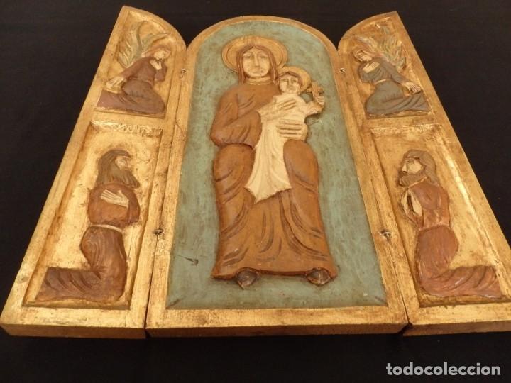 Arte: Antiguo tríptico en madera tallada, policromada y dorada. 50 x 44 cm. - Foto 9 - 136314282