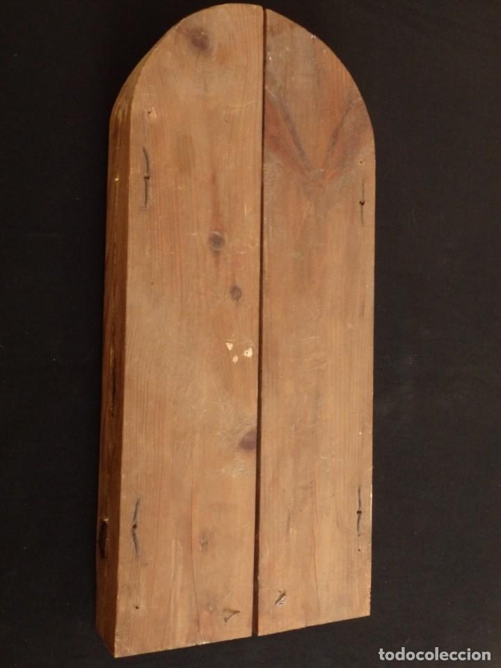 Arte: Antiguo tríptico en madera tallada, policromada y dorada. 50 x 44 cm. - Foto 13 - 136314282
