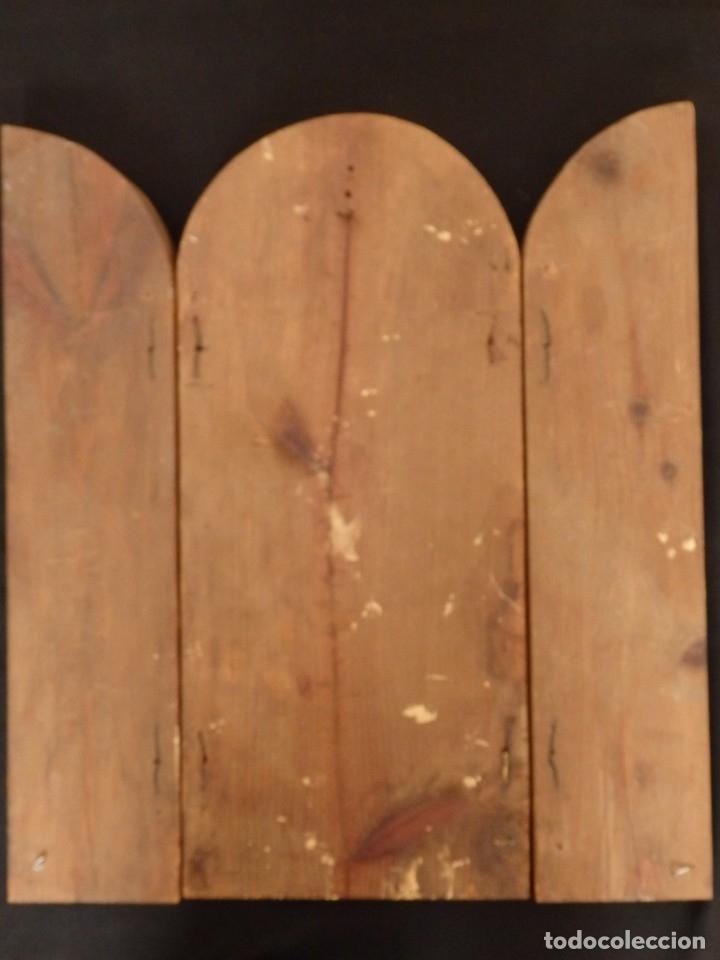 Arte: Antiguo tríptico en madera tallada, policromada y dorada. 50 x 44 cm. - Foto 16 - 136314282