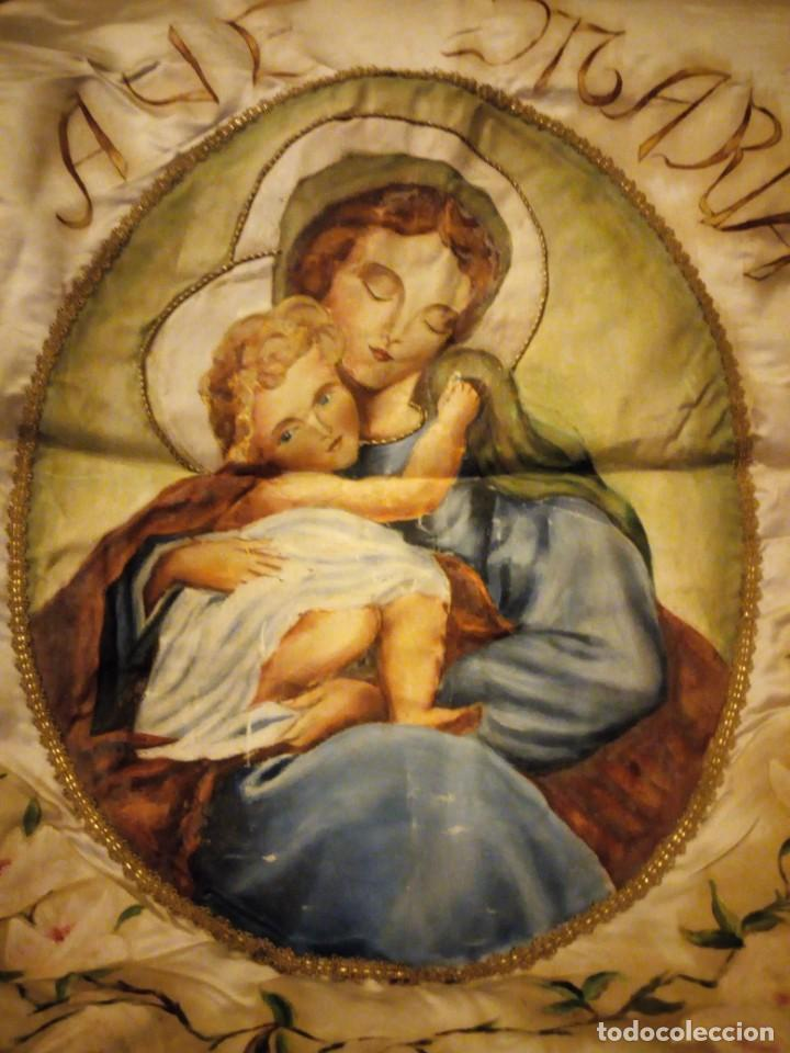 VIRGEN AVE MARÍA PINTADA EN OLEO SOBRE RASO,Y CON BORDADOS A MANO DE HILO DORADO METÁLICO, (Arte - Arte Religioso - Pintura Religiosa - Oleo)