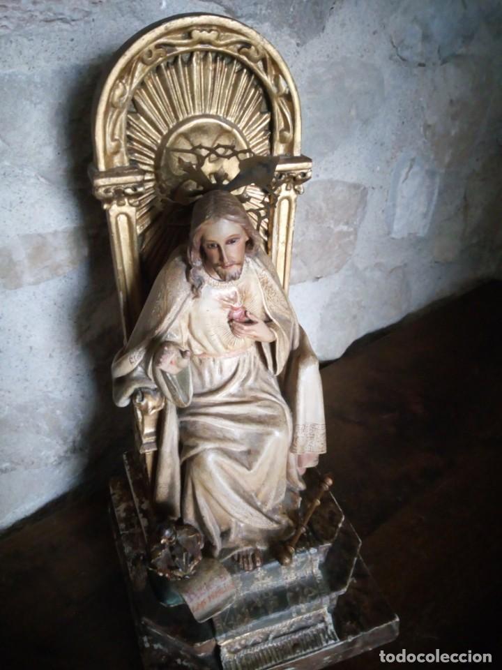 ANTIGUO SAGRADO CORAZÓN ENTRONIZADO EN ESTUCO POLICROMADO. (Arte - Arte Religioso - Escultura)