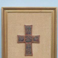 Arte: BONITA CRUZ DE TERRACOTA SIGUIENDO MODELOS ROMANICOS. CICLO NACIMIENTO DE CRISTO. Lote 137544698