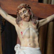 Arte: EL ARTE CRISTIANO CRISTO EN LA CRUZ PASTA DE MADERA SXX. Lote 139070106