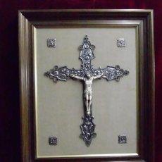 Arte: CRUCIFIJO EN PLATA CON CRISTO TALLADO EN HUESO Y ENMARCADO (47 X 39 CM) OBRA ÚNICA,. Lote 139614070