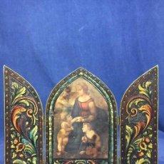 Art: PEQUEÑO TRIPTICO MADERA CUERO GOFRADO CORDOBAN POLICROMADO ROLEOS FLORES FRUTAS PAPEL VIRGEN NIÑO. Lote 141929690
