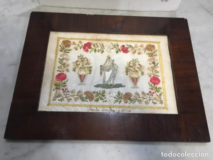 (M) ANTIGUA VIRGEN DEL ROSARIO BORDADO HILO SOBRE PAPEL . CON SU MARCO ORIGINAL DE CAOBA S. XIX BUEN (Arte - Arte Religioso - Pintura Religiosa - Otros)