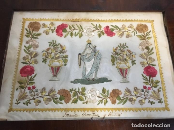 Arte: (M) antigua virgen del rosario bordado hilo sobre papel . Con su marco original de caoba S. XIX buen - Foto 2 - 143195530