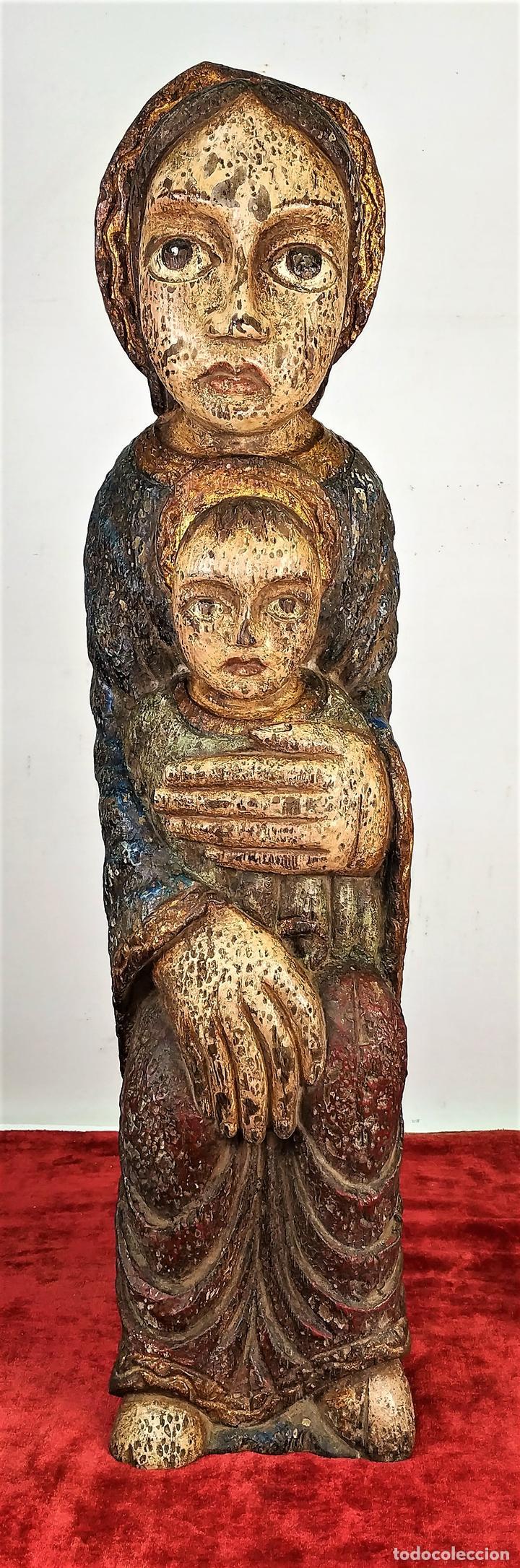 VIRGEN PROTECTORA. MADERA TALLADA Y POLICROMADA. ESTILO ROMÁNICO. ESPAÑA. SIGLO XX (Arte - Arte Religioso - Escultura)