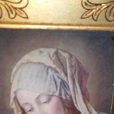 Arte: LÁMINA ANTIGUA DE LA VIRGEN MARÍA SOBRE MARCO DE MADERA MACIZA LABRADA. Lote 144127926