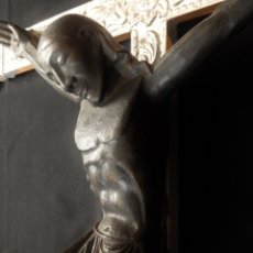 Arte: GRAN CRISTO CRUCIFICADO DE ESTILO ROMÁNICO SOBRE CRUZ DE MADERA PLATEADA. 140 X 94 CM. SIGLO XIX.. Lote 144512534