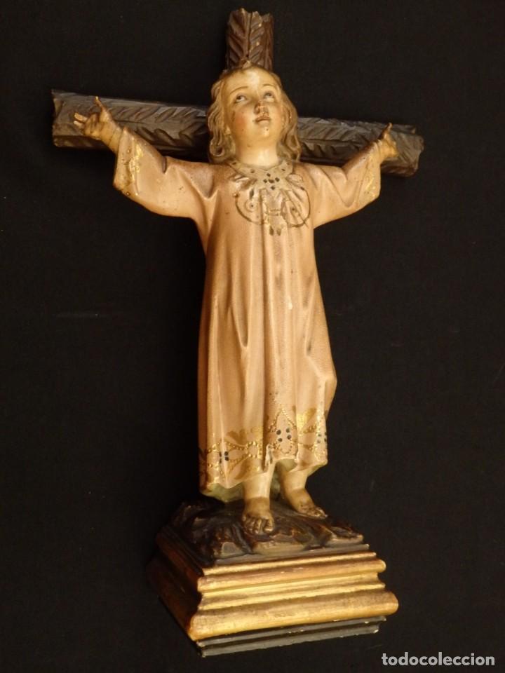 NIÑO JESÚS EN LA CRUZ. ESCULTURA DE MADERA TALLADA Y POLICROMADA. 35 CM. HACIA 1900. (Arte - Arte Religioso - Escultura)