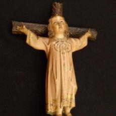 Arte: NIÑO JESÚS EN LA CRUZ. ESCULTURA DE MADERA TALLADA Y POLICROMADA. 35 CM. HACIA 1900.. Lote 146307534